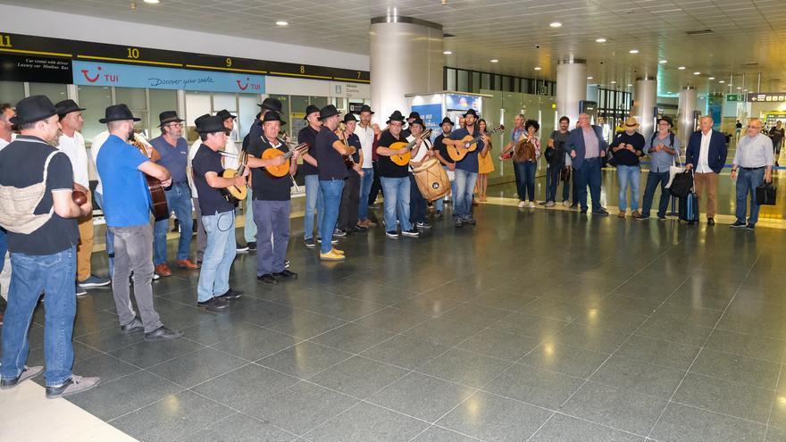 La delegación de Risco Caído, recibida por Los Gofiones en el aeropuerto.