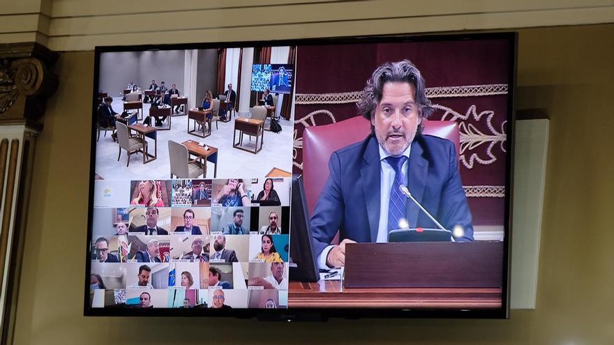 El presidente del Parlamento de Canarias, Gustavo Matos, durante la celebración de un pleno con presencia mixta y videoconferencia