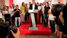 Ximo Puig celebra su victoria en las primarias rodeado de dirigentes que le han apoyado.