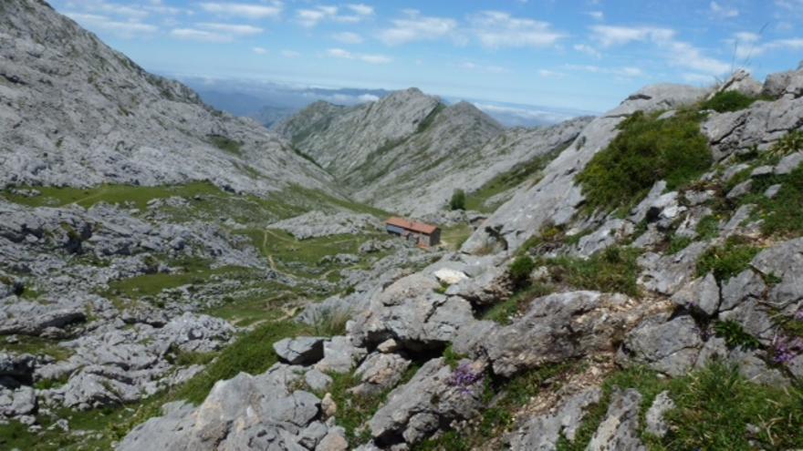 Vista del refugio Vegarredonda desde la salida del Caleyon del Francés.