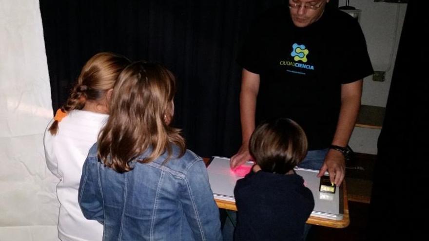 El taller fue impartido por jóvenes investigadores del Instituto de Óptica Daza de Valdés del CSIC y el doctor en Dinámica no lineal y fibras ópticas Juan Luis García-Pomar.