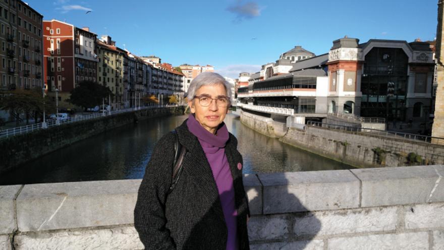 La profesora Yolanda Jubeto, junto al Mercado de la Ribera y la ría del Nervión, en Bilbao.
