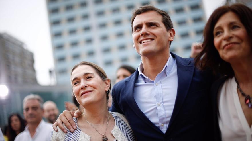 El líder de Ciudadanos, este domingo en Vigo con Marta Rivera y Cristina Losada (derecha)