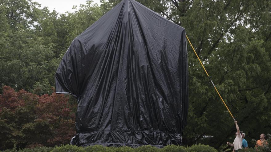 La estatua de Robert Lee en Charlottesville, Virginia, cubierta por una lona de plástico por orden del Ayuntamiento.