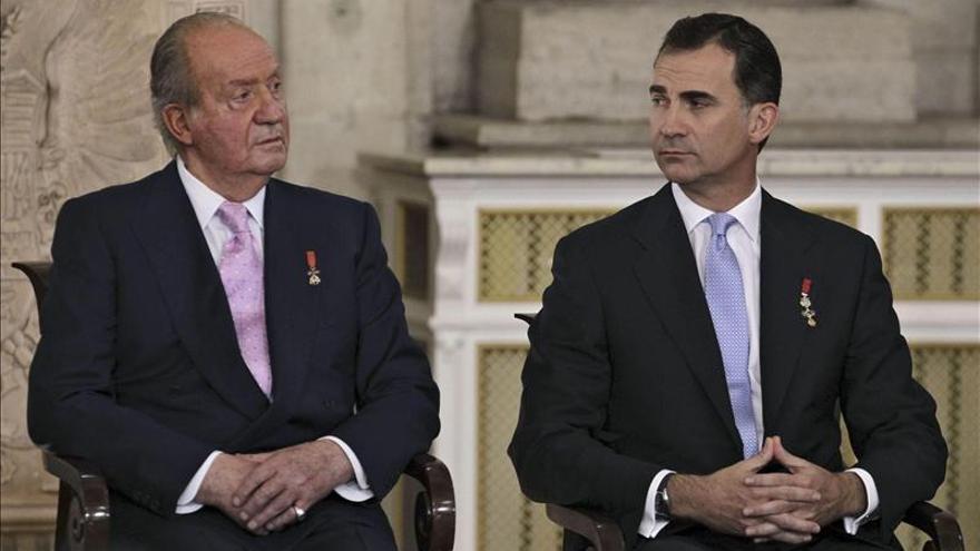 Juan Carlos y Felipe de Borbón, en la abdicación del actual rey emérito.