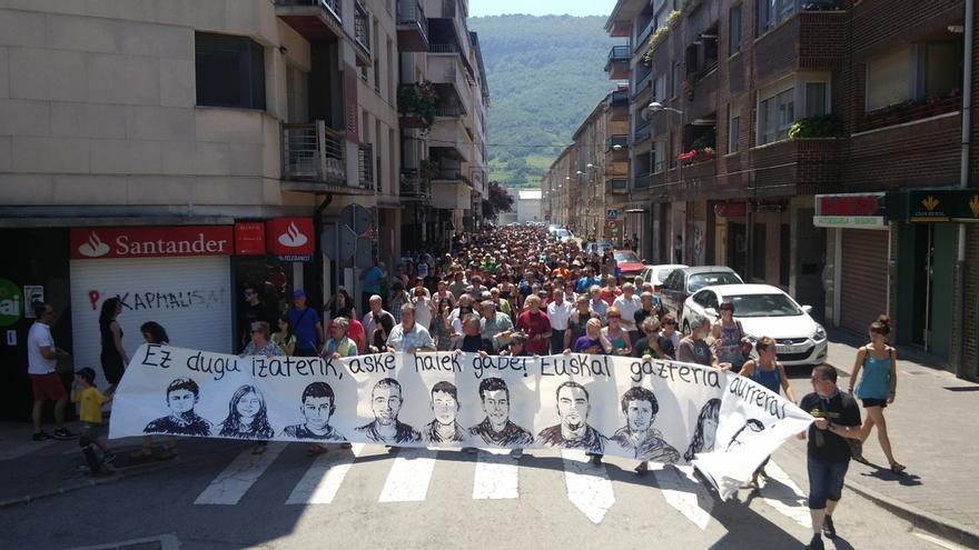 """Miles de personas protestan en Alsasua contra la """"dispersión"""" de los tres detenidos de Alsasua"""