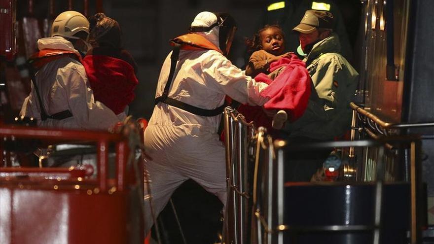 Llegan al puerto Almería 26 inmigrantes rescatados, entre ellos tres bebés