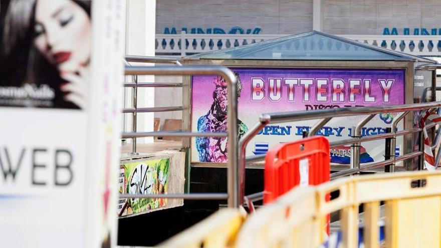 Efectivos del cuerpo de Bomberos se disponen a acceder a la discoteca Butterfly, en Adeje, al sur de Tenerife. EFE/Ramón de la Rocha