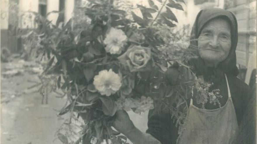 Anciana y flores. Sin localización conocida.   MARIO CORRAL