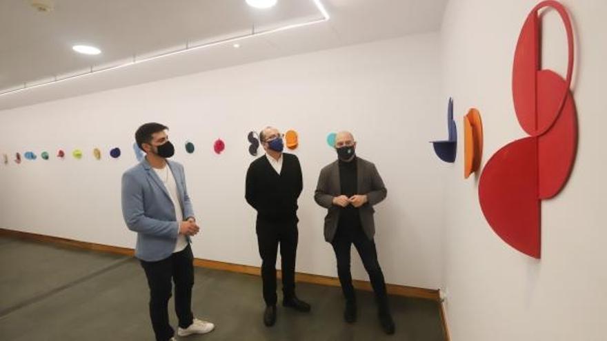 Francisco Estepa, José Álvarez y Luis Medina en la exposición 'Job Sánchez. Laboratorio doméstico'.