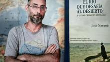 El periodista grancanario José Naranjo y la portada de su nuevo libro 'El río que desafía al desierto'.