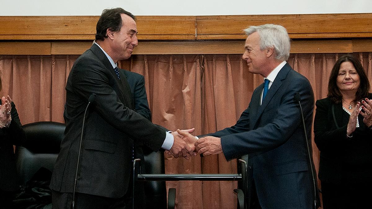 Martín Irurzun saluda a su colega Mariano Llorens tras tomarle juramento el 12 de junio de 2018 en el edificio de Comodoro Py