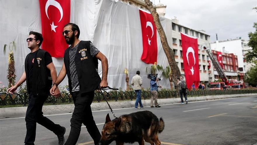 Disparan al embajador ruso en Turquía durante una visita a una exposición