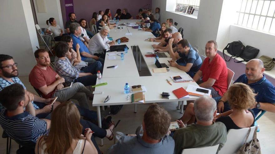 Vista general de los sistentes a la reunión de Unidos Podemos de este viernes.