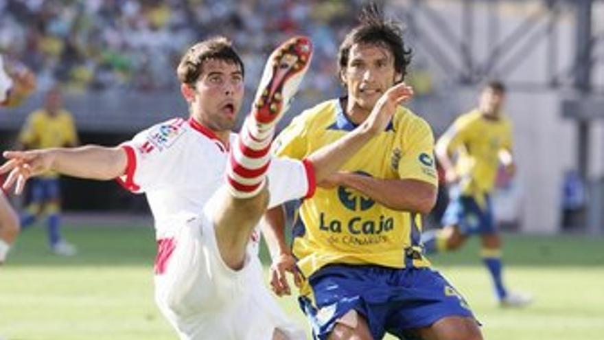 Aganzo y López Ramos pugnan por un balón. (QUIQUE CURBELO)
