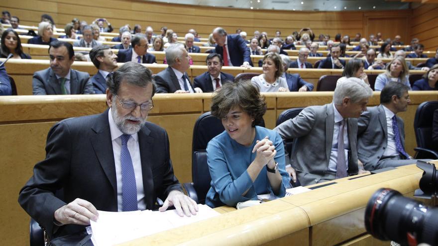 El presidente del Gobierno, Mariano Rajoy, y la vicepresidenta, Soraya Sáenz de Santamaría, durante el Pleno del Senado que ha dado luz verde a la aplicación del artículo 155 en Catalunya