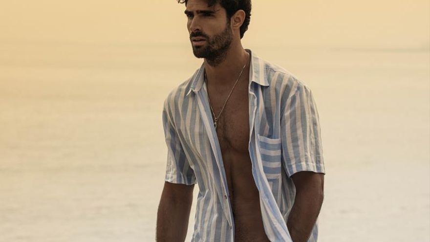 El modelo y actor Juan Betancourt debuta como empresario de camisas