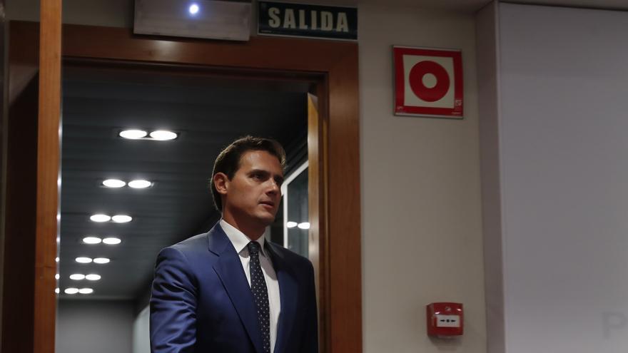 Albert Rivera entra en la sala de Moncloa donde celebró la rueda de prensa el martes.
