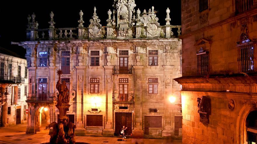 Un músico callejero toca en la Praza das Praterías, en Santiago de Compostela.
