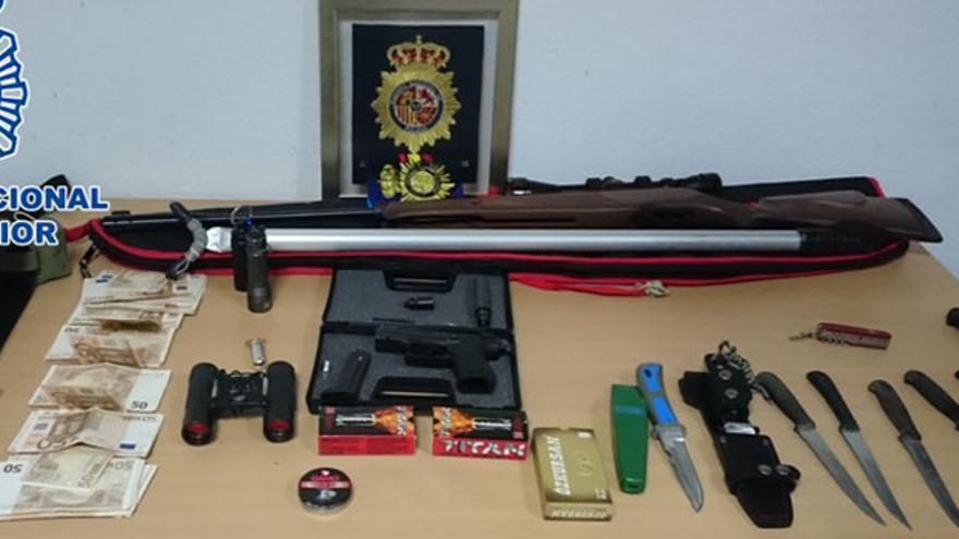 Armas y material incautado al detenido.