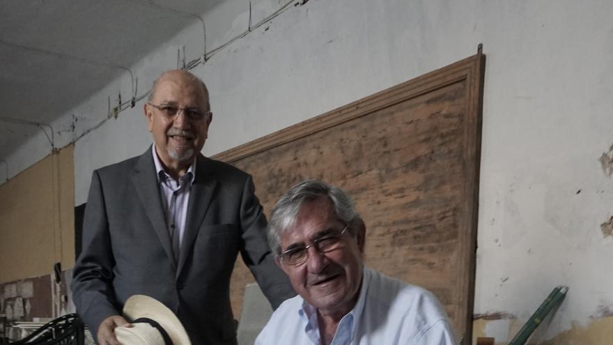 Juan Antonio Lacomba, con el presidente del Ateneo de Málaga, Diego Rodríguez - Fotografía de Pepe Ponce