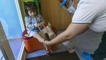 Desinfección de toboganes y toma de temperatura antes de entrar: reabren las escuelas infantiles de Madrid