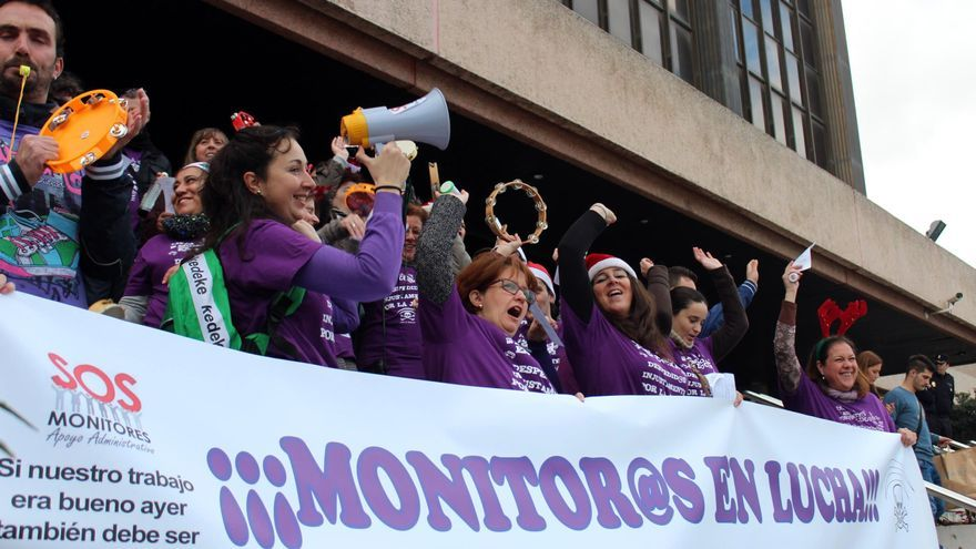 Monitores educativos entregan a la Presidencia de la Junta la PNL que insta a buscar una solución para trabajadores