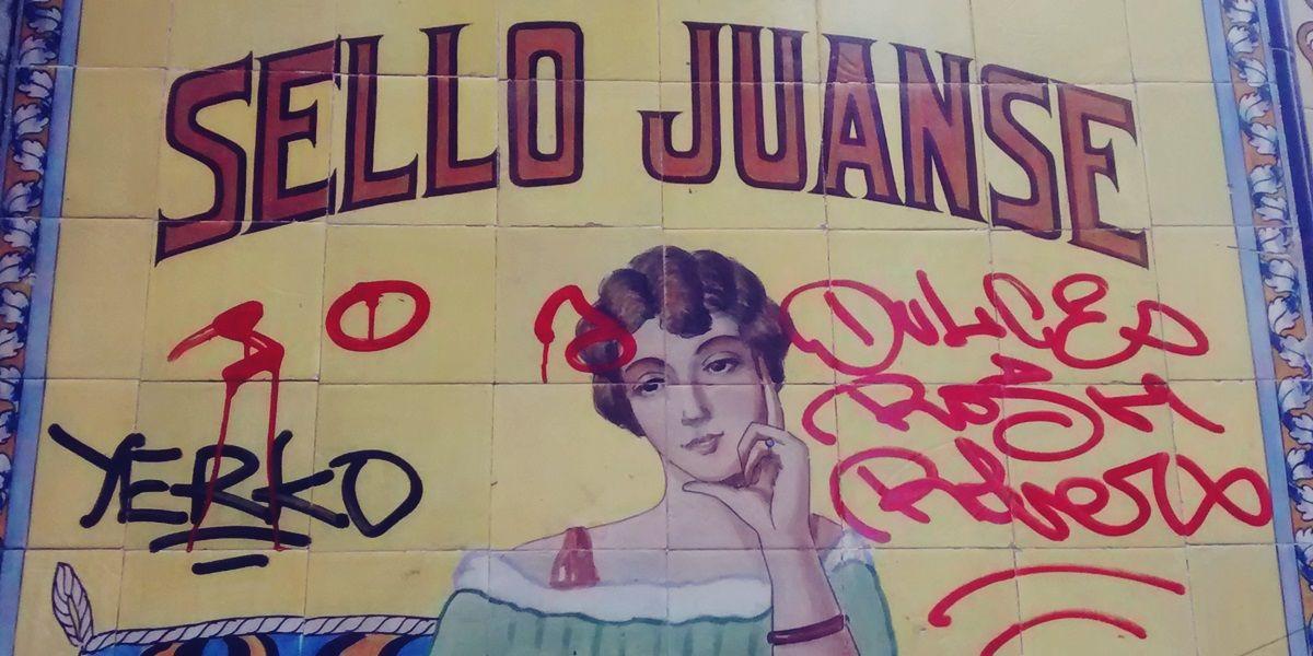 Detalle de las firmas pintadas sobre la antigua Farmacia Juanse | SOMOS MALASAÑA