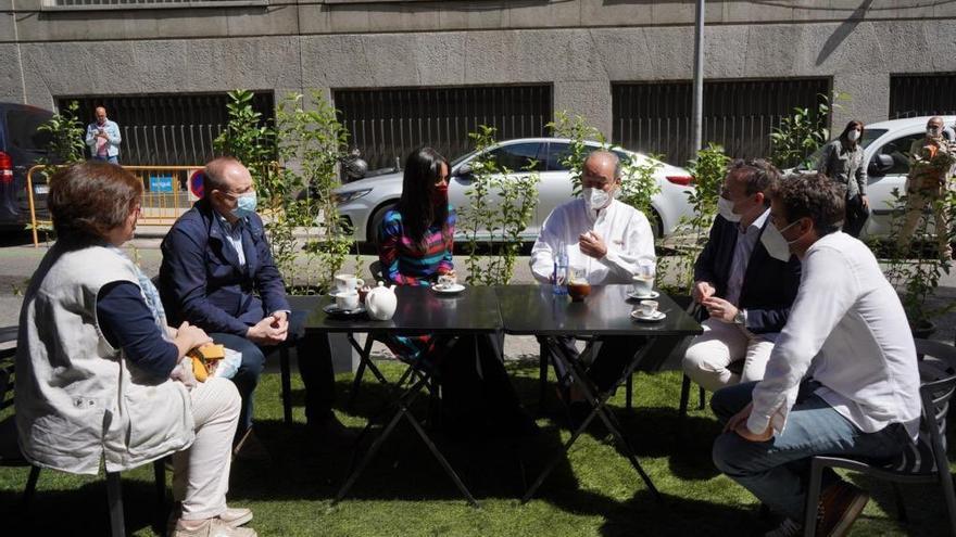 La vicealcaldesa Begoña Villacís (en el centro) en la terraza sobre los aparcamientos de Bretón de los Herreros | AYUNTAMIENTO DE MADRID