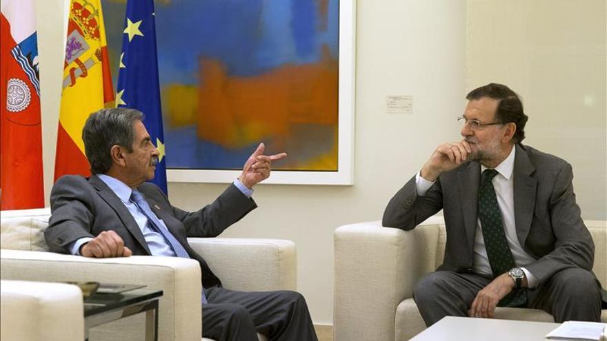 Revilla vuelve en taxi a la Moncloa y obsequia a Rajoy con anchoas