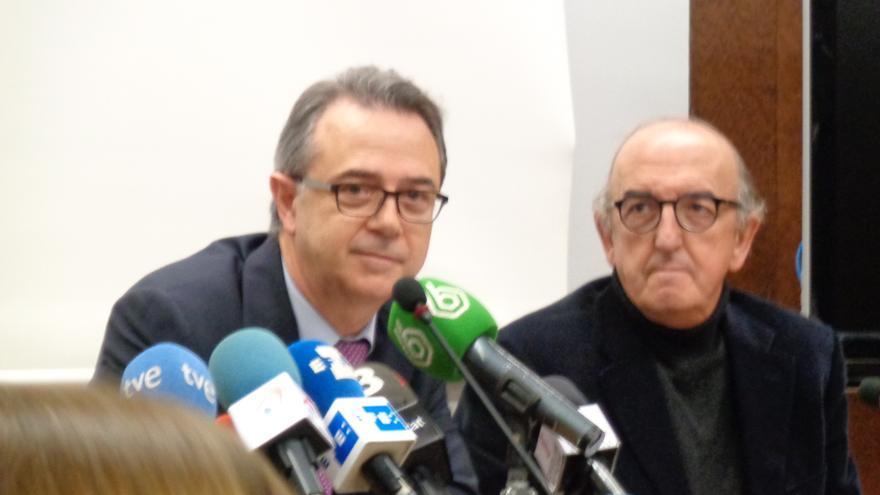 El secretario autonómico de Comunicación, José María Vidal, y el empresario Jaume Roures, en la sede de RTVV.