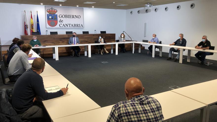 Reunión del consejero de Desarrollo Rural, Ganadería, Pesca, Alimentación y Medio Ambiente, Guillermo Blanco, con criadores de razas cárnicas