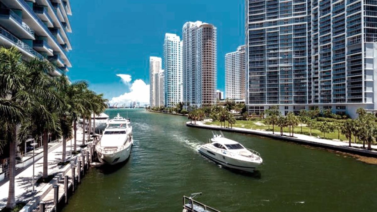 """""""Los vuelos a Miami son los más demandados. Hasta el 22 de junio no hay lugar en ningún vuelo"""", dice Marcelo Mirgone, dueño de una agencia de viajes."""