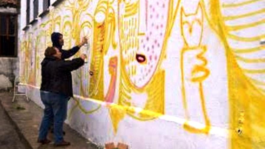 Trabajando en el mural de Cabeza La Vaca
