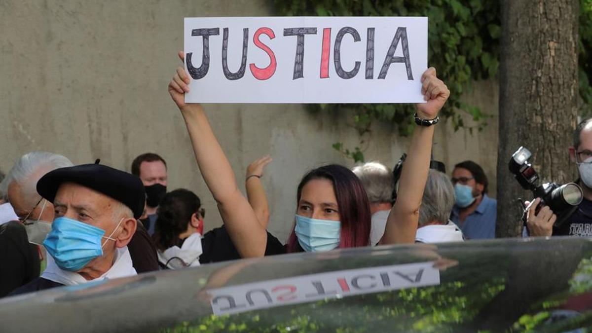 Varias familiares de víctimas participan en una protesta frente a la Embajada Argentina en Madrid, este jueves, durante la jornada en que el exministro del Interior Rodolfo Martín Villa declara ante la jueza argentina María Servini.