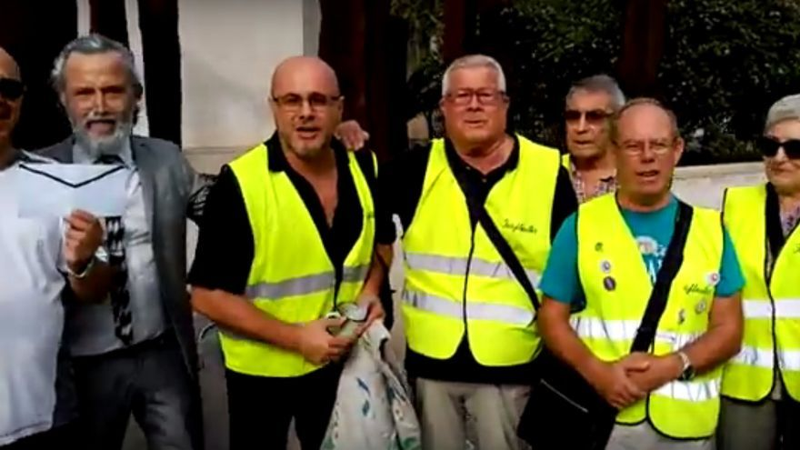 Xavi Castillo y Lalo Kubala junto a los iaioflautas en la Ciudad de la Justicia de Valencia