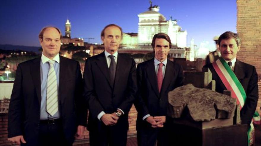 José Luis Rueda , primero por la izquierda, con José María Aznar, en la inauguración de una muestra sobre Rueda en Italia.