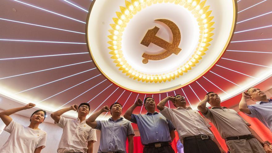Xi Jinping condecora a los héroes silenciosos del PCCh por el centenario
