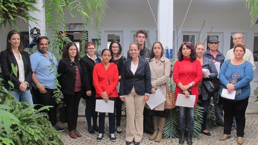 La consejera de Artesanía del Cabildo de La Palma, Susana Machín (centro), este miércoles con un grupo de artesanas y artesanos.
