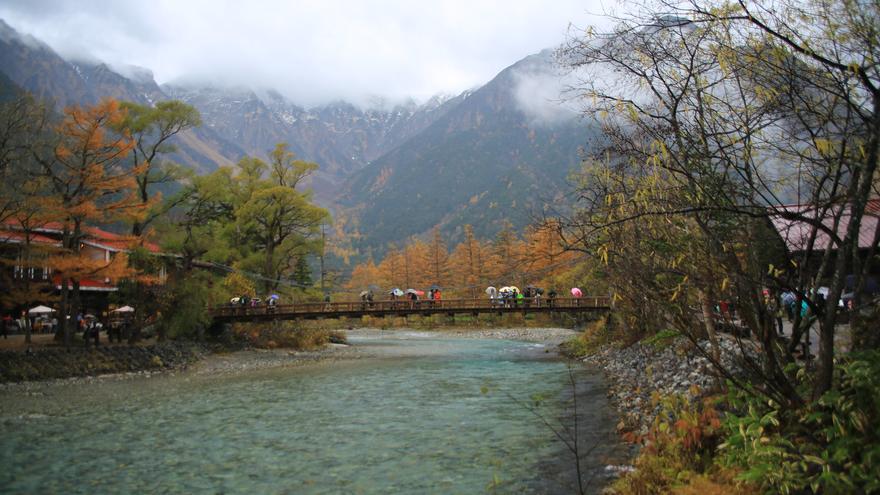 Kamikochi, en el corazón de los montes Hida, es una de las mejores zonas del país para ver el enrojecimiento otoñal. Ray Swi-hymn