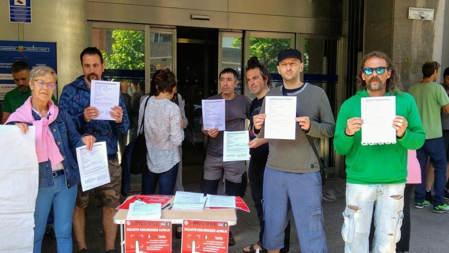 Colectivos sociales de Bizkaia se concentran ante Gobierno Vasco contra la 'huella digital' en Lanbide