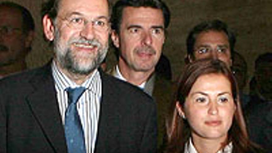 Águeda Fumero, gerente de GMR, junto a Rajoy y delante de Soria.