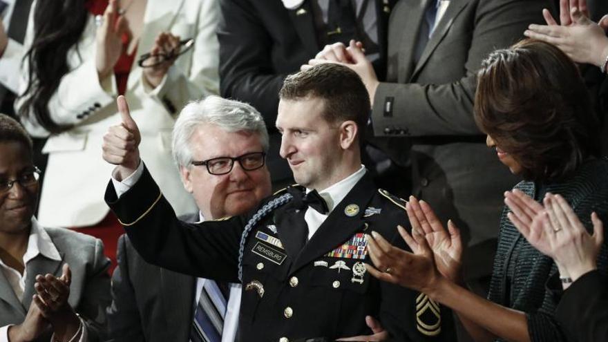 Un joven que casi muere en Afganistán recibe la mayor ovación del discurso