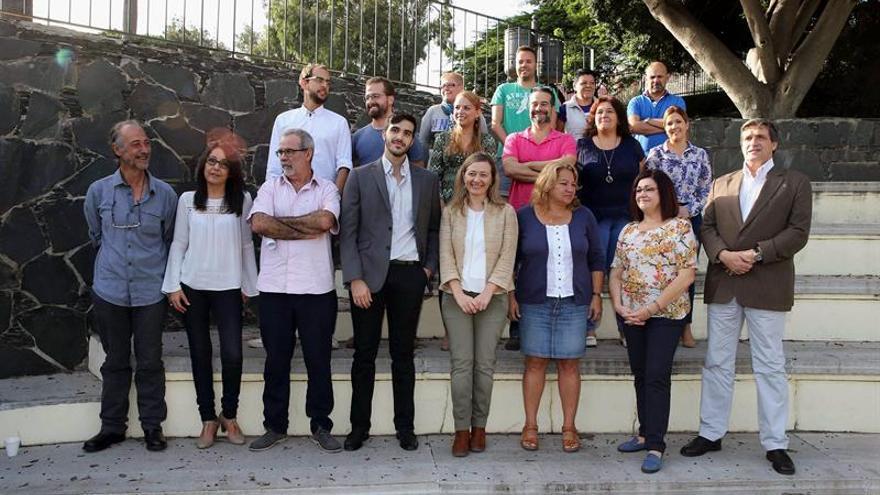 La cabeza de lista de Podemos al Congreso por la provincia de Las Palmas, la magistrada en excedencia Victoria Rosell (abajo - 4d), exportavoz nacional de Jueces para la Democracia, posa con el resto de candidatos de partido por la provincia durante la presentación que se ha llevado hoy a cabo. EFE/Elvira Urquijo A.