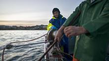 Raquel, trabajando a bordo del barco junto a su marido / Vázquez y Gómez Estudios