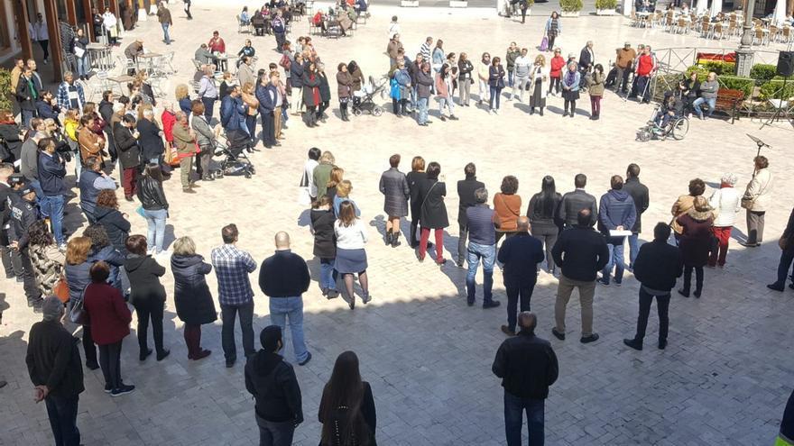 Vecinos de la localidad de Ciempozuelos se han reunido frente al Ayuntamiento para condenar el ataque