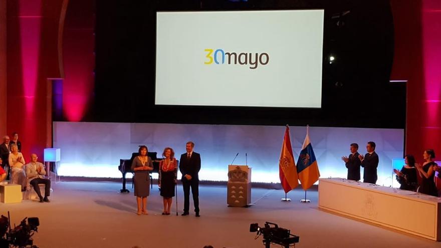Fernando Clavijo impuso la Medalla de Oro de Canarias a las representantes de Las Hilanderas.