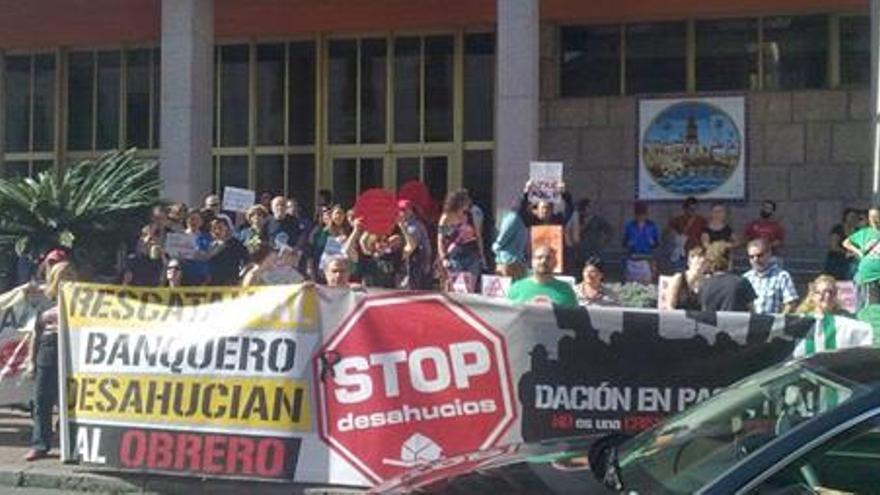 Miembros de Stop Desahucios ante el Ayuntamiento de Córdoba. (Foto. Stop Desahucios Córdoba)