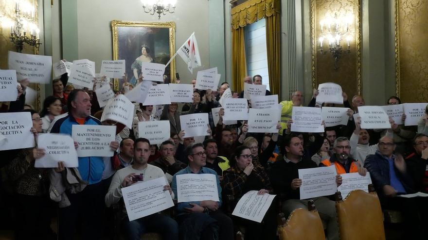 Protestas e insultos durante el Pleno