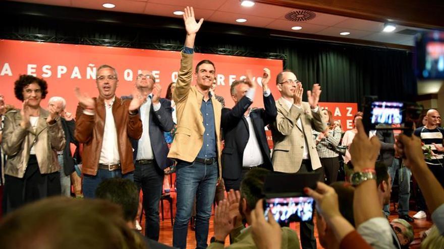 Pedro Sánchez (c), este sábado, en el acto electoral del PSOE en la Casa de la Cultura Braulio Martín de El Paso,  con otros dirigentes socialistas.